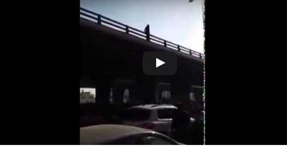 فيديو | فتاة تونسية تقدم على الانتحار من أعلى جسر في تونس