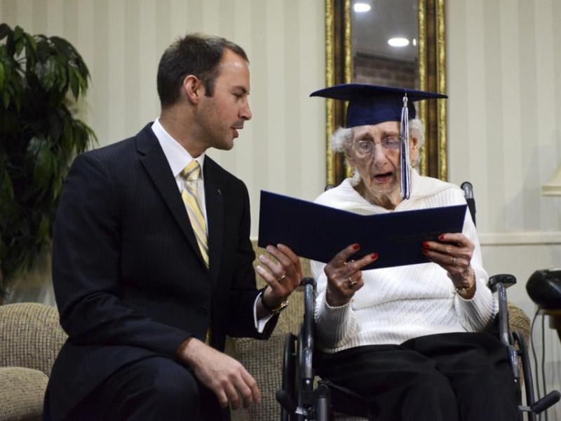 عجوز بعمر 97 عاماً تتخرج من مدرسة الثانوية