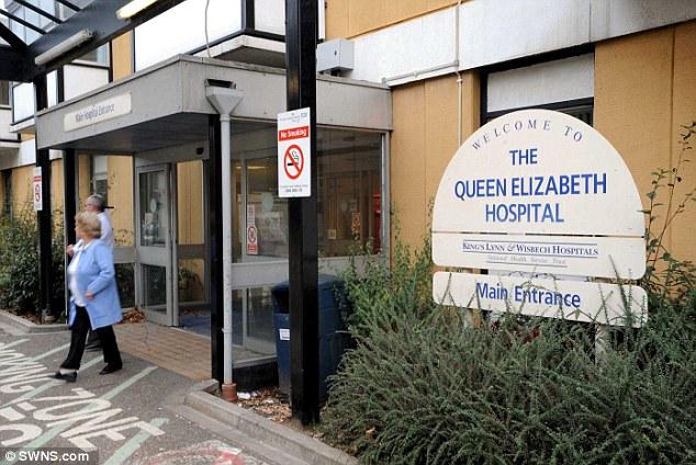 رجل ميت يمشي في غرفة المستشفى أمام زوجته وأبنته والاطباء