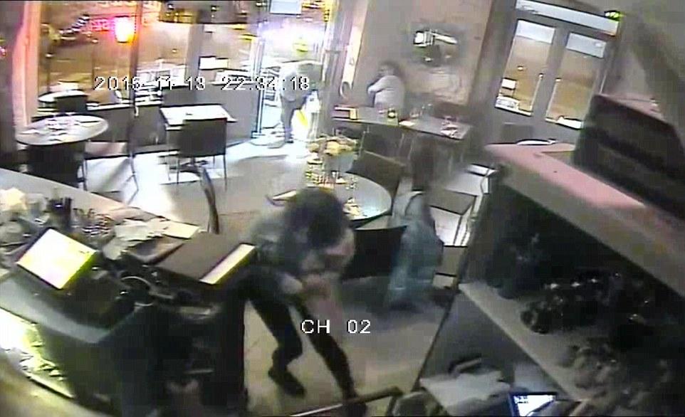 فيديو | لحظات مرعبة تبينها كاميرات الفيديو أثناء الهجوم على المطعم الباريسي
