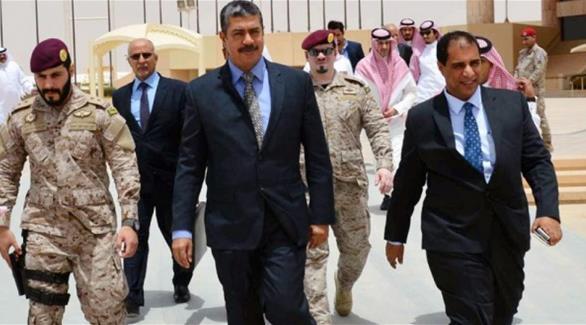 بحاح يزور جزيرة سقطرى ويمهد عودته إلى عدن مع الرئيس هادي