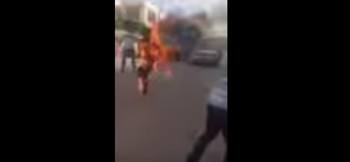 فيديو | شاب تونسي يضرم النار في جسده على طريقة البوعزيزي