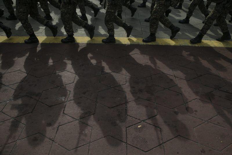 محاكمة جندي ماليزي بتهمة لبسه (تي شيرت) مرسوم به شعار داعش