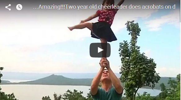 فيديو | طفلة بعمر السنتين تدهش الجميع بحركاتها البهلوانية