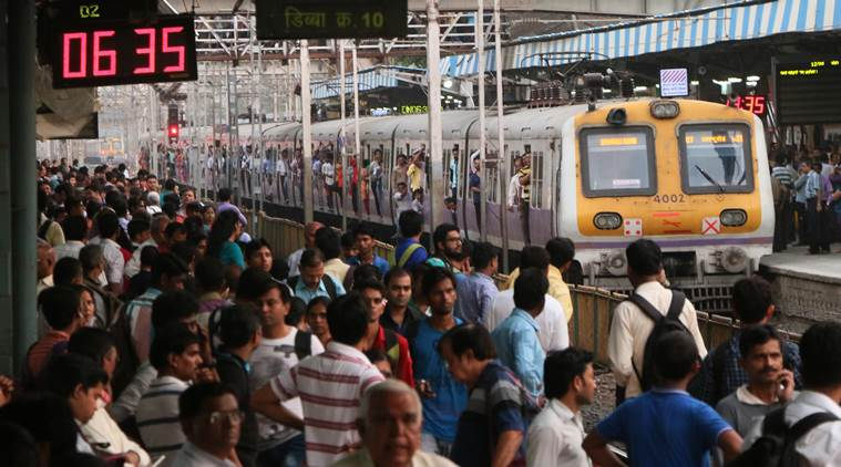 فيديو | لحظة سقوط شاب هندي من على قطار محلي مزدحم