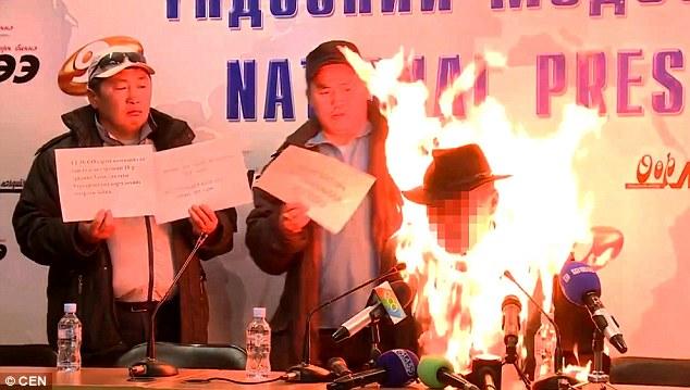فيديو | زعيم نقابي منغولي يضرم النار في سترته احتجاجاً على سياسة الحكومة