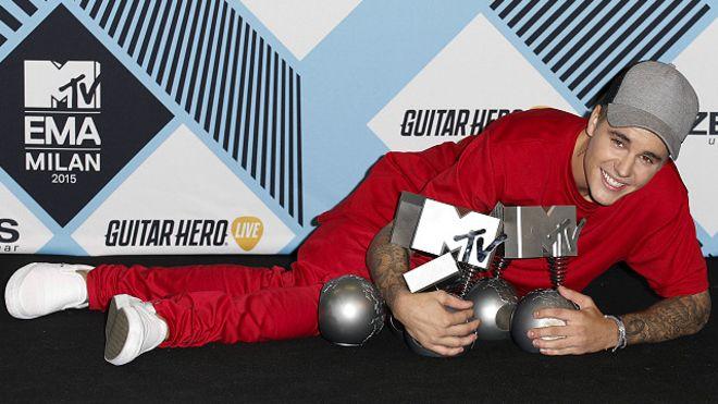 """جاستين بيبر يفوز بجائزة أفضل مغني في مهرجان """"MTV"""""""