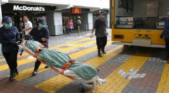 امرأة تجلس في مطعم ماكدونالدز 24 ساعة وهي ميتة