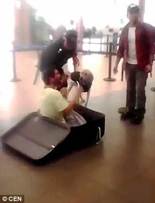 فيديو | لحظة إخراج رجل كان يختبئ في حقيبة سفر ليهرب خارج البلاد