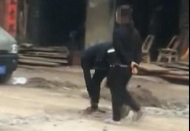 فيديو   صينية تجبر ابنها أن يمشي بالشارع وهو مقيد بالسلاسل
