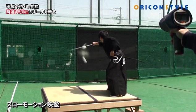 فيديو | محارب ياباني يقطع كرة بيسبول إلى نصفين في لمحة من البصر