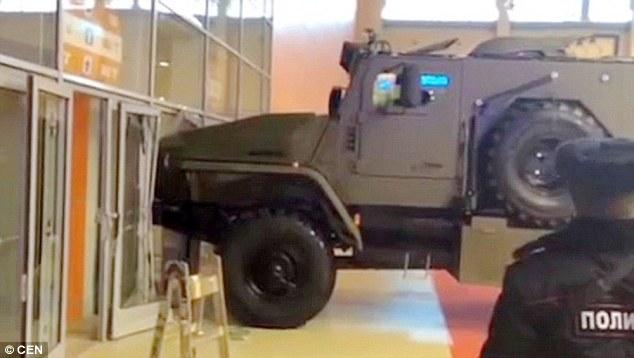 فيديو | زائرة تحاول سرقة عربة مصفحة من معرض الجيش في روسيا