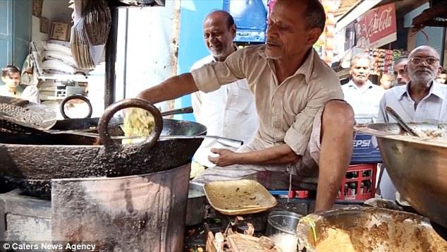 فيديو | طباخ هندي يدخل ويخرج البطاطس المقلية بيديه في الزيت المغلي