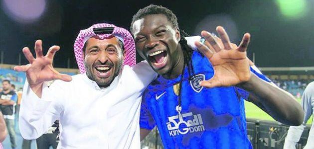 سعادة بافيميتي جوميز بعد تلقيه هدية من رئيس نادي الهلال