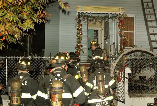 رجل إطفاء يلقي بنفسه في النار لينقد رضيع من الحرق