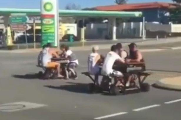 فيديو | شباب يتجولون في الشوارع الأسترالية المزدحمة بطاولات على عجل