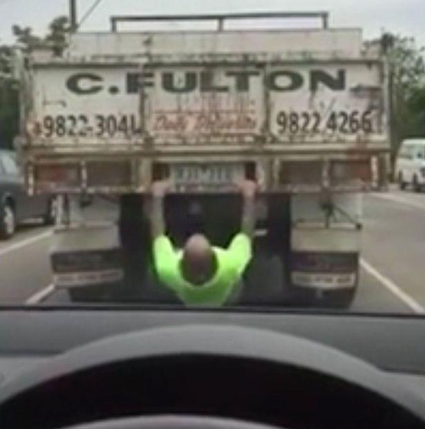 فيديو | رجل أسترالي يمارس الرياضة خلف الشاحنة وسط إزدحام مروري كبير