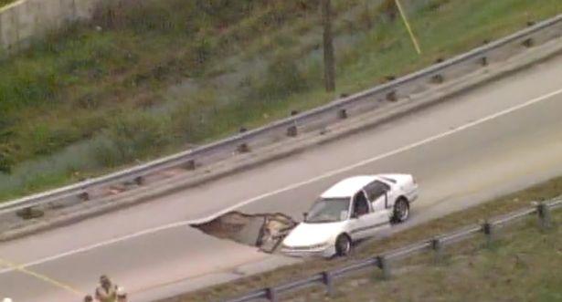 فيديو | ظهور حفرة بشكل مفاجئ على طريق فلوريدا لتبتلع إحدى السيارات