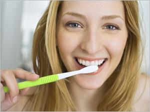 معجون الأسنان المبيض والمخاطر المرتبطة مع استخدامه