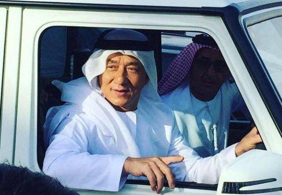 """الصيني جاكي شان يظهر بالزي الإماراتي """"الكندورة"""" في دبي"""