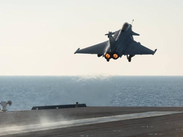 الرئيس هولاند يزور حاملة الطائرات التي ترسوا على مقربة من سواحل سوريا